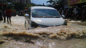 Aman Saat Banjir! Begini Cara Agar Mobil Tidak Mogok Saat Melewati Banjir