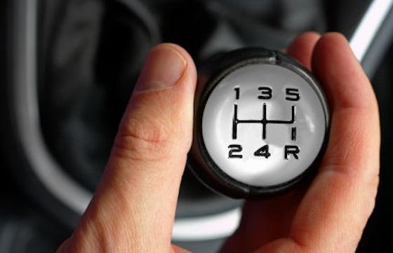 Mengemudi Mobil Manual Langsung Mahir dengan 5 Tips Ini